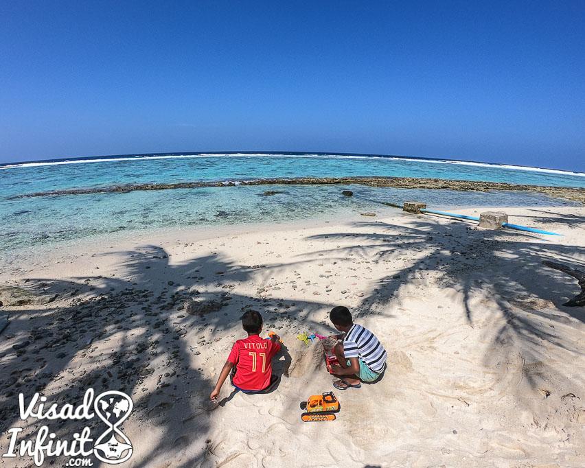 Niños jugando en Fulidhoo Maldivas